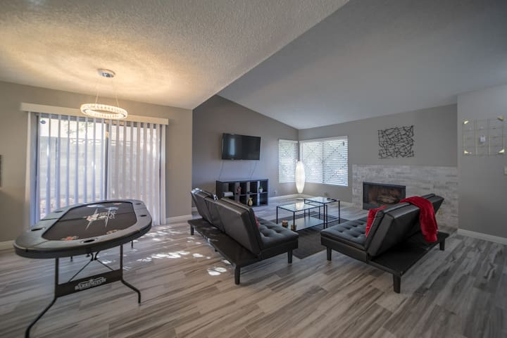 Beautiful modern home mins from LV Strip & Airport