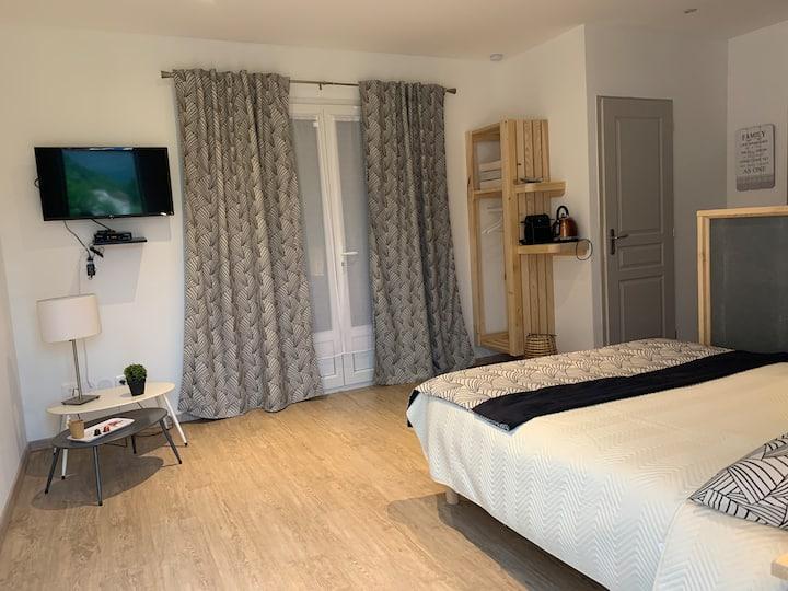 Chambre avec baignoire le long du Verdon irisée
