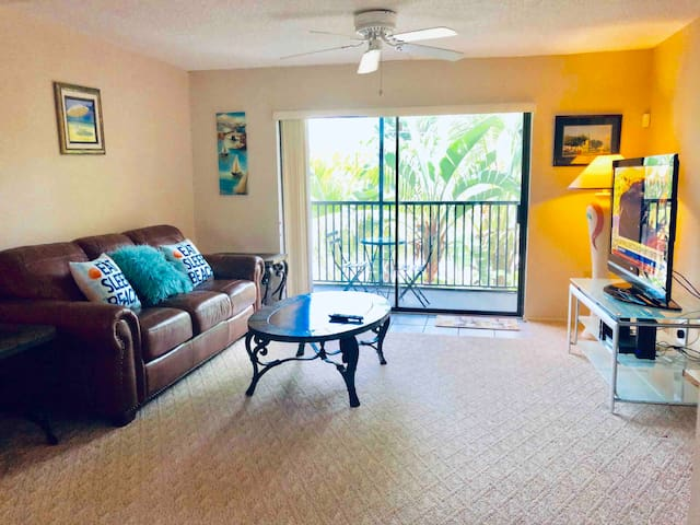 Beautiful 2 BR townhouse w/pool-walk to beach.