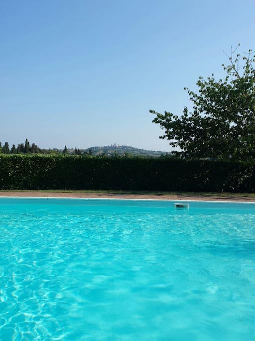 Piscina con vista panoramica su S. Gimignano