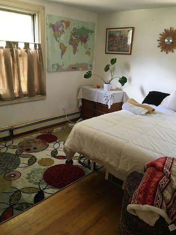 Nice bedroom w/queen bed - Belmont - Appartement