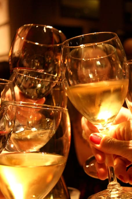 酒窖里的葡萄酒与干酪派对