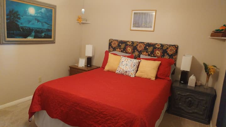 Private room for 2 in quiet Pearland neighborhood.