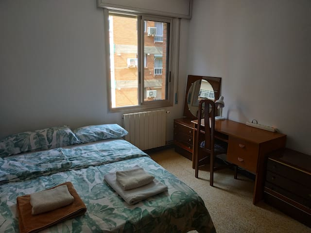 Habitación acogedora con cama de matrimonio