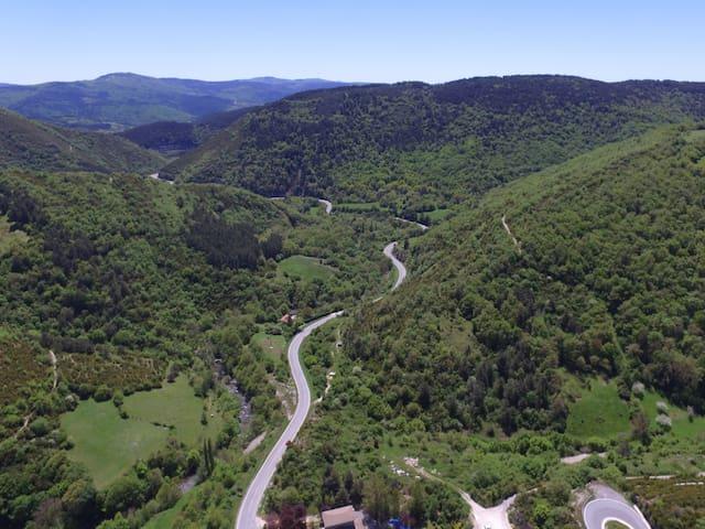 Rodeado de montañas y bosque