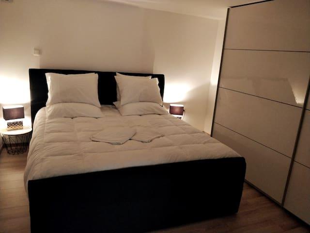 Chambre, Très grand lit King Size, matelas 7 points de confort avec sur-matelas, très confortable