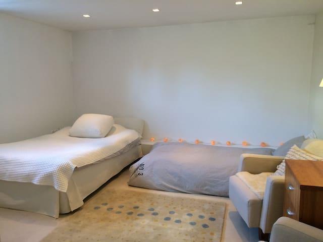 Bright and airy basement apartment. - Stocksund - Appartamento