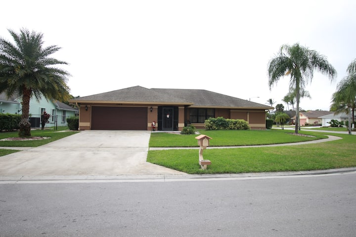POOL, 4 BEDROOMS -SPACIOUS HOUSE IN ROYAL PALM BCH