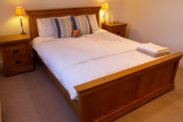 Lovely king bedroom, own bath, central Southampton