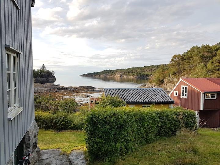 Hus ved sjøen med utsikt mot Atlanterhavet (Frei).