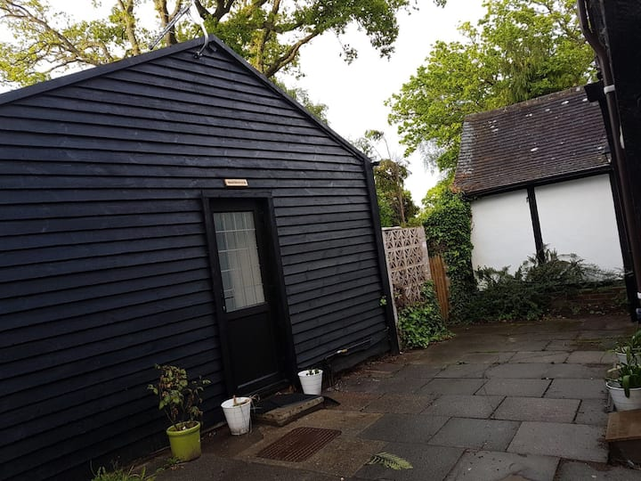 Modern cabin 6 miles from Gatwick