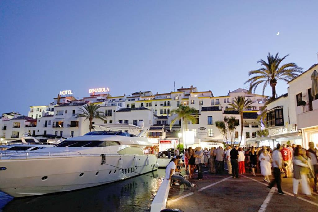 Puerto Banús with its bars and restaurants