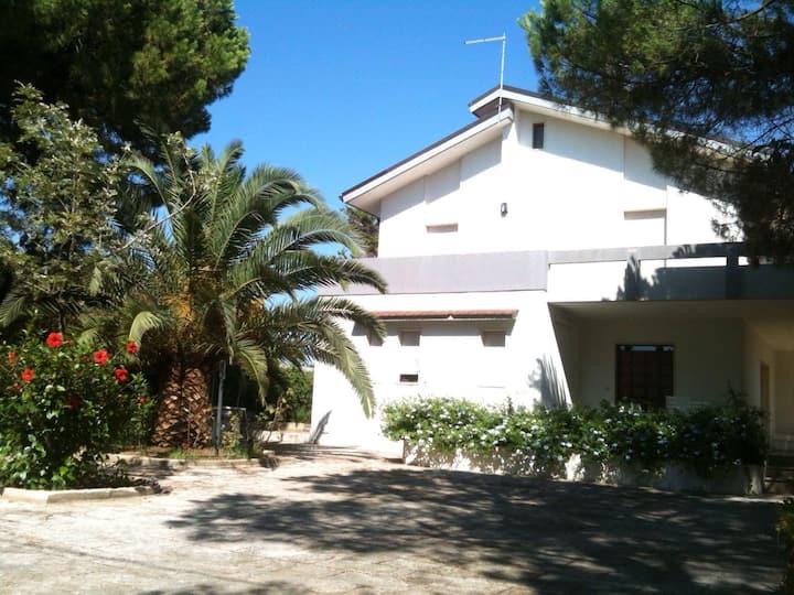 Spaziosa villa con giardino sulle coste salentine