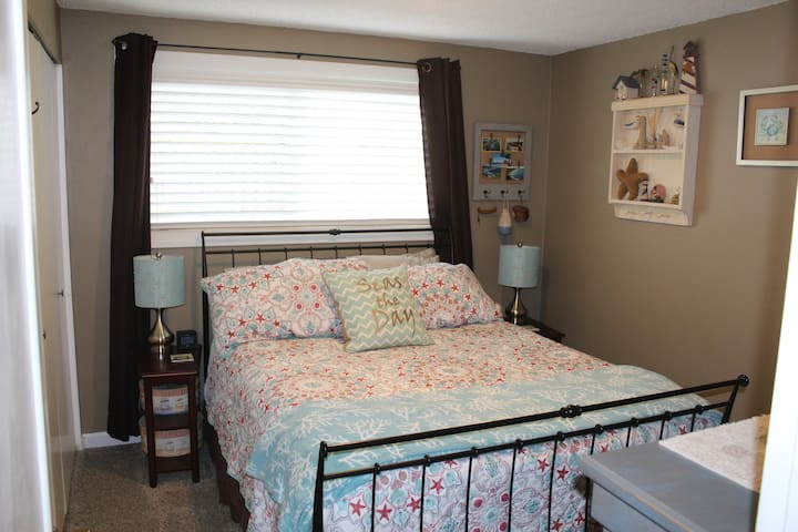 2nd bedroom with Queen-sized bed
