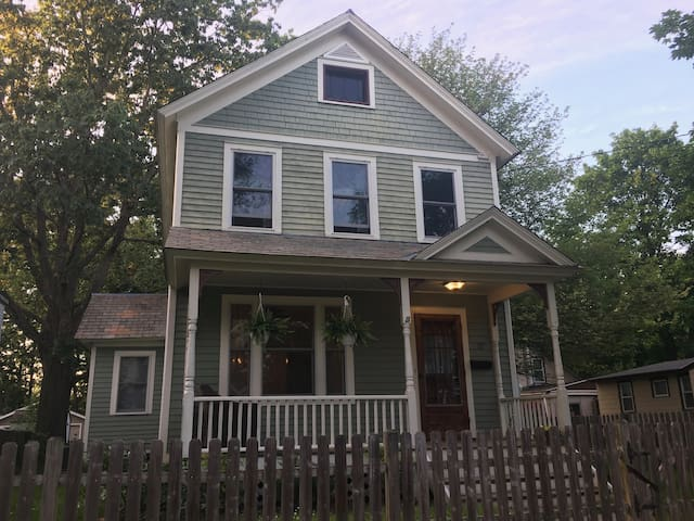 3 bedroom with private yard near Saratoga Downtown