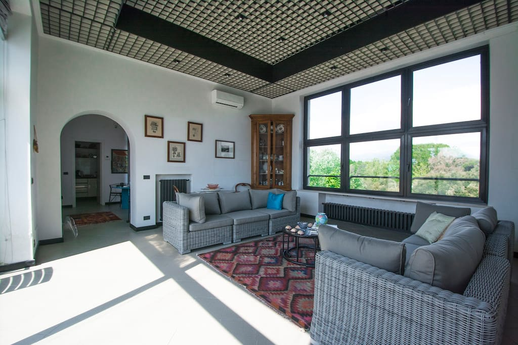 Salotto con vista mare e vista pineta - living room with sea view and pine forest view