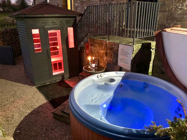 Romantic Cottage private outdoor Hot Tub & Sauna.
