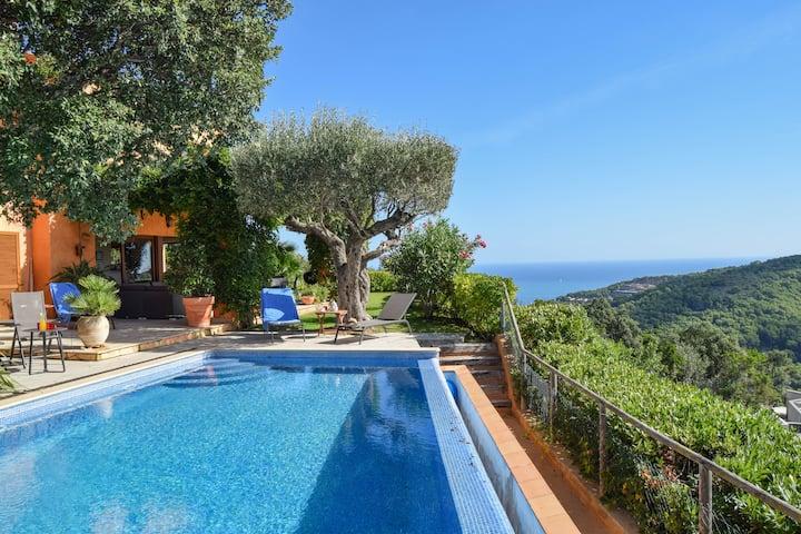 Villa with sea views. Garden porch. pool .
