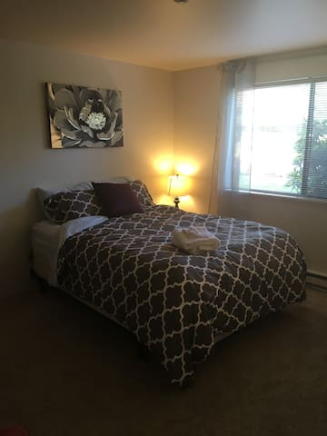 Comfy suburban bedroom with private bath - Mountlake Terrace