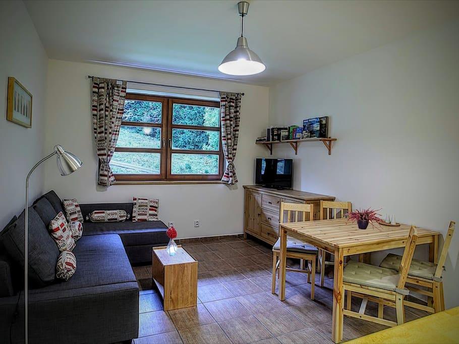 Obývací pokoj s jídelním koutem v přízemí apartmánu