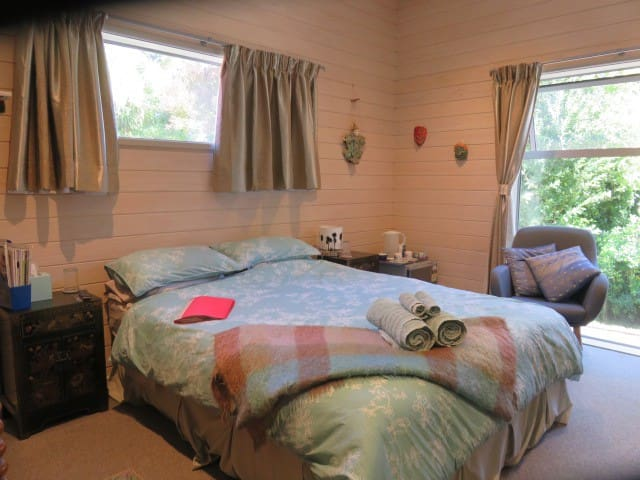 Kowhai Cottage - with FREE continental breakfast