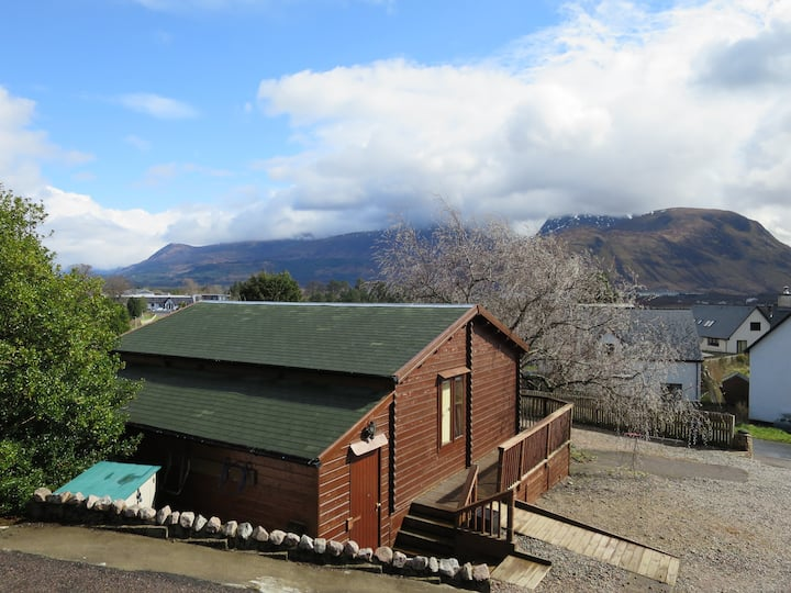 Cosy, self-contained cabin with Ben Nevis view
