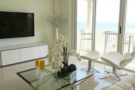 Luxury Apartment on the beach with ocean views! - Surfside - Flat