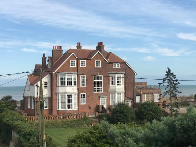 4 Bedroom flat, beautiful sea views, Littlestone