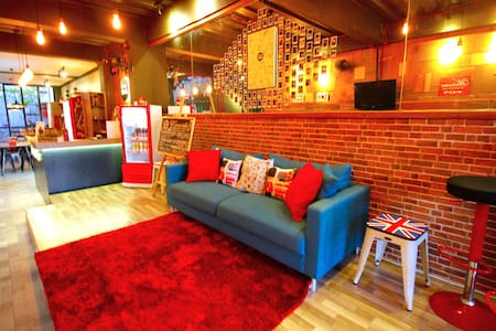 Kamariska Hostel - Surabaya - Bed & Breakfast