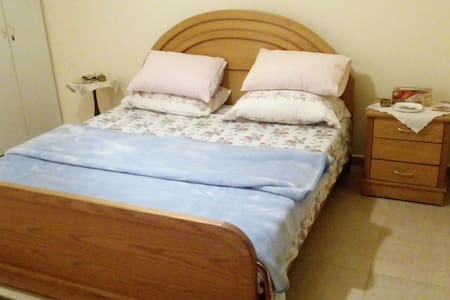Charming Bedroom in a Country House with Garden - Qasmiyeh - Bed & Breakfast