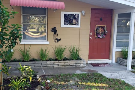 Private Home 1 blk to Legacy trail, 2 mi to  beach