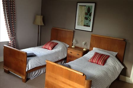 Large Triple Room with country view - West Berkshire - Inap sarapan