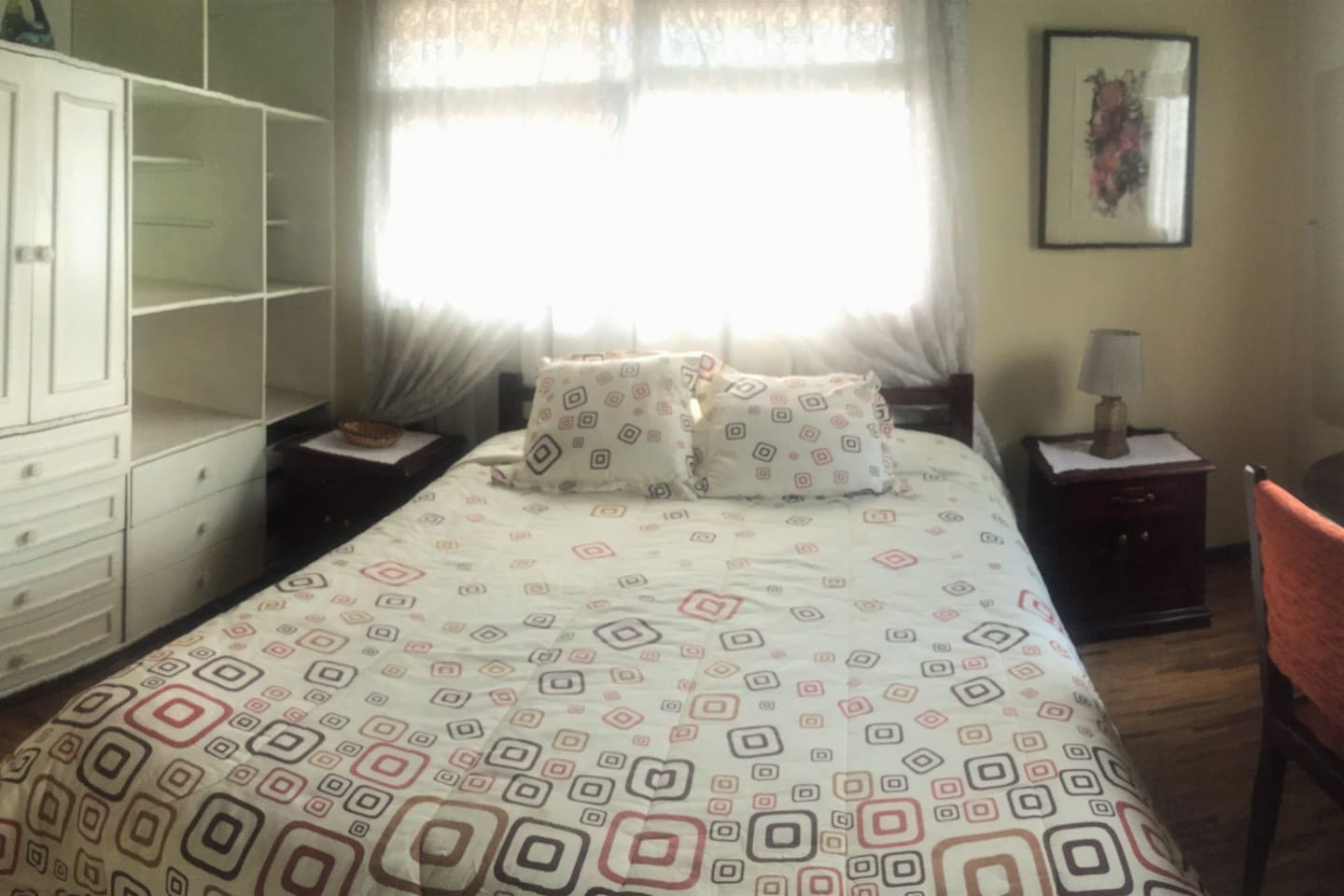 Private bedroom: Double bed, private bedroom, desk, TV, free WiFi, big mirror and a lamp. Even if Quito's weather is mostly cold, the room stays pretty warm all day and night.