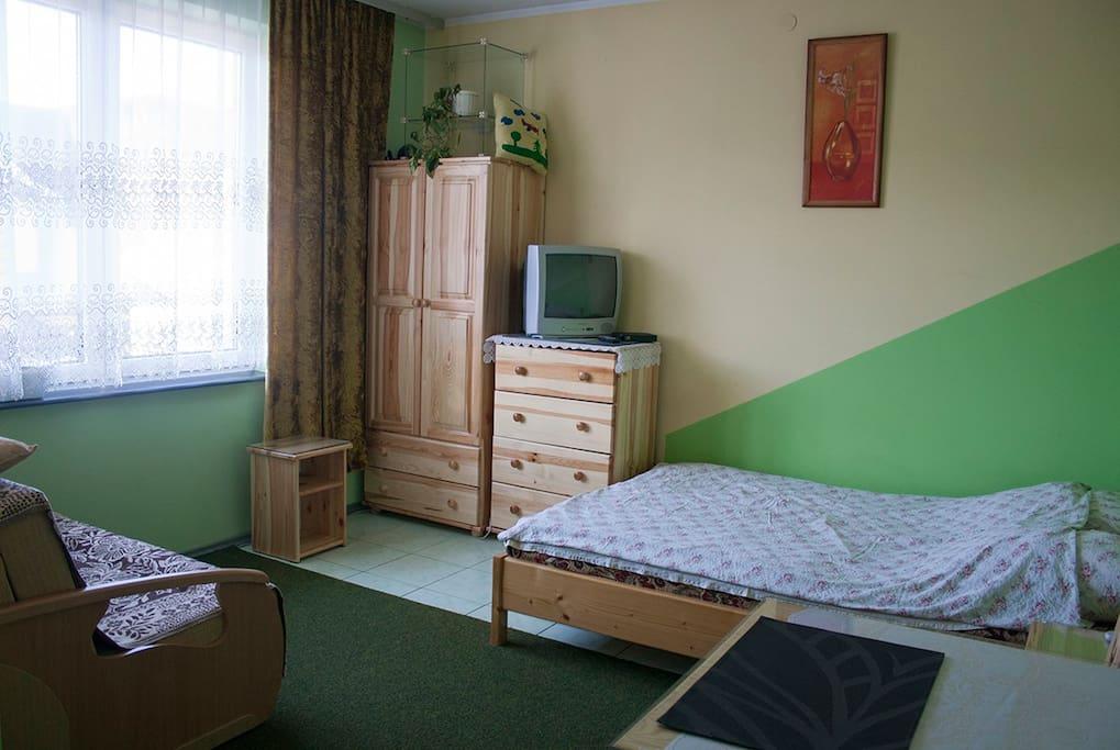 Zielony pokój z własną łazienką.