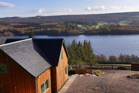 Luxury home overlooking Loch Ness - Hus