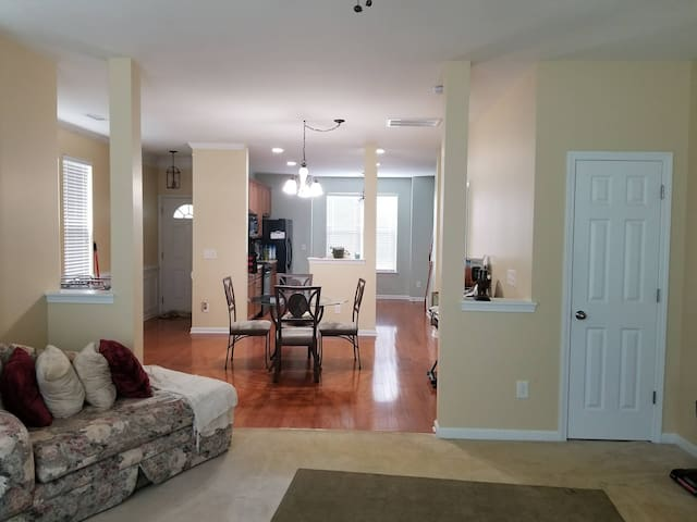 Spacious Townhome 10 mins from shopping & colleges