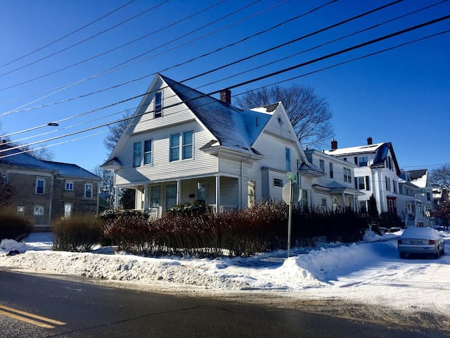 Big, bright 4 bedroom New Englander in Back Cove