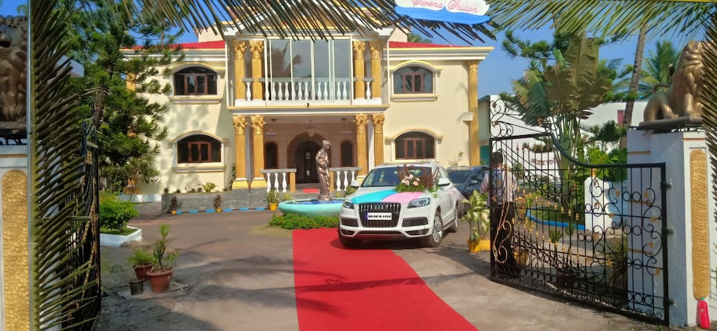 Super Luxurious Villa with Swimming Pool & Lawn