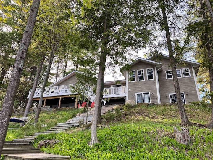 Stunning All-Seasons Muskoka Lakefront Cottage