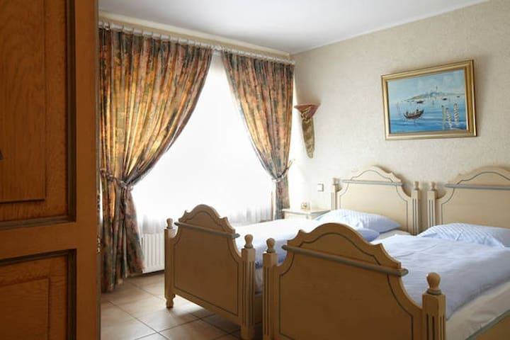 Cosy double ensuite, Sat TV & Wifi - Peppange - Penzion (B&B)
