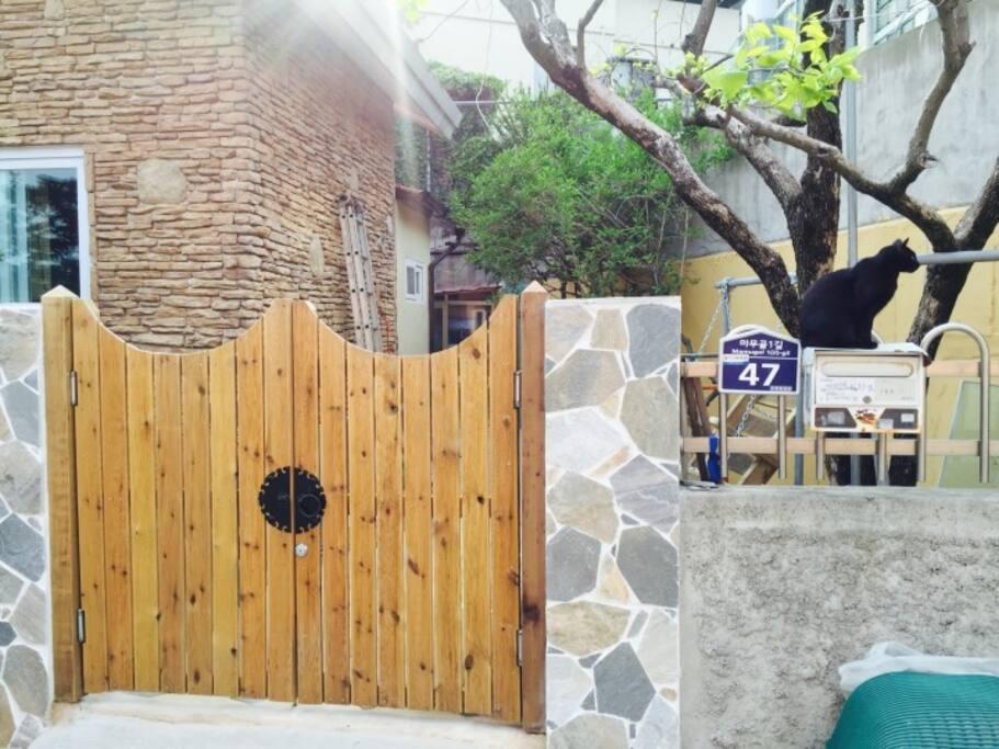 주인장 김씨가 손수 만든 대문 Door handmade by host KIM