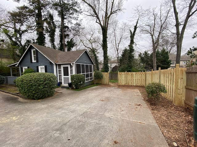 Small cottage with yard for pets