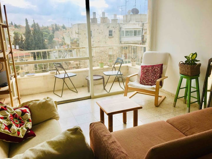 Sunlit spacious couples flat in Heart of Jerusalem