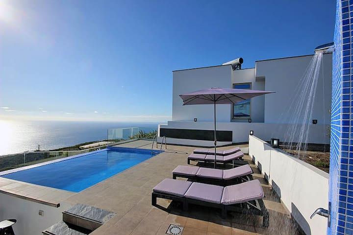 Moderne Villa mit Privatpool und Meerblick