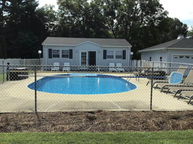 Mayberry Pool House (Swimming Pool & Pool Table)