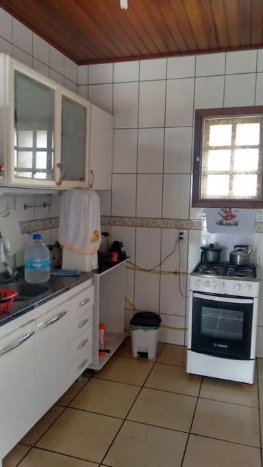 Cozinha completa, fogão, duplex, taças, pratos...