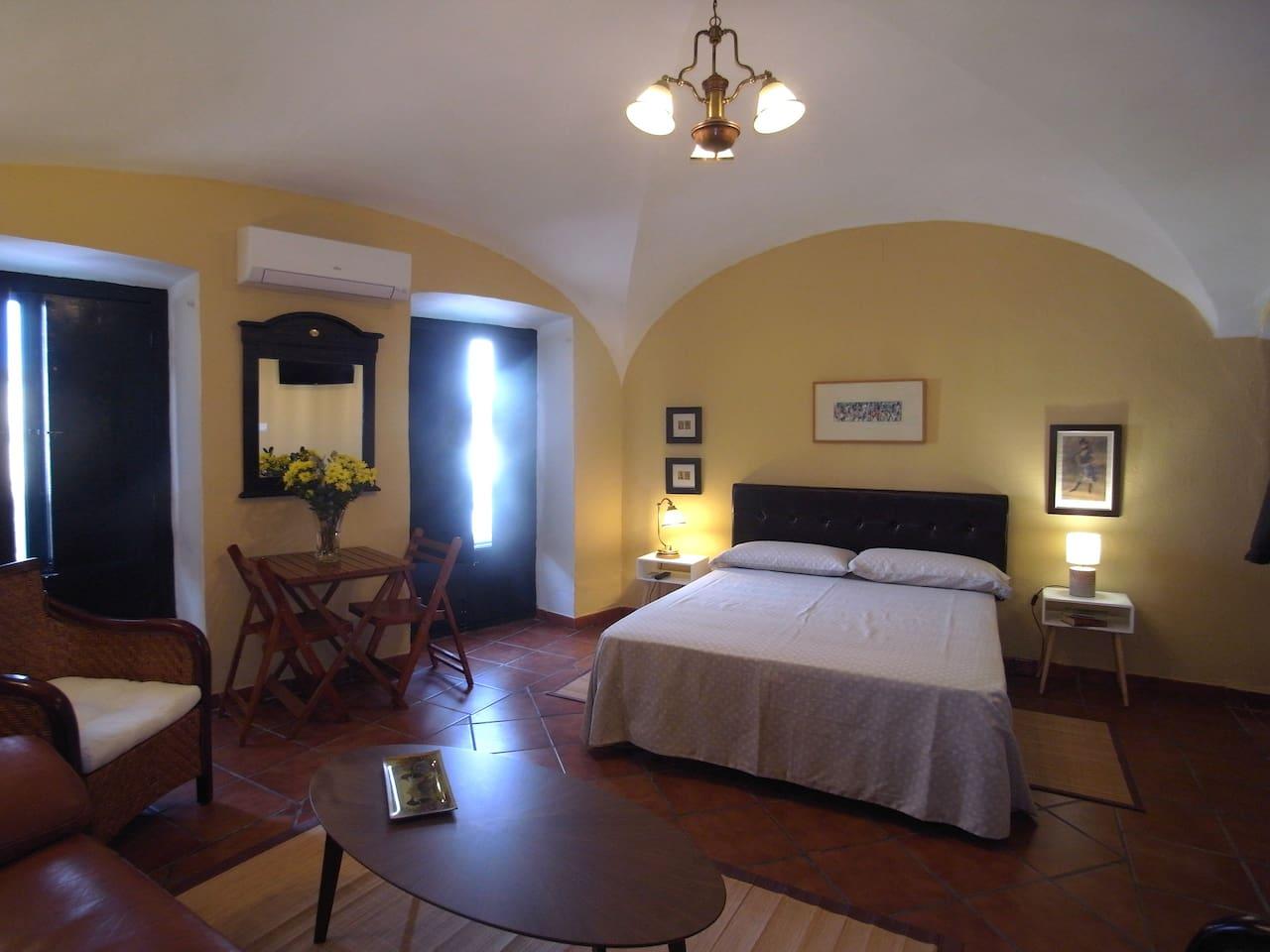 Dormitorio con balcones a la Plaza Mayor