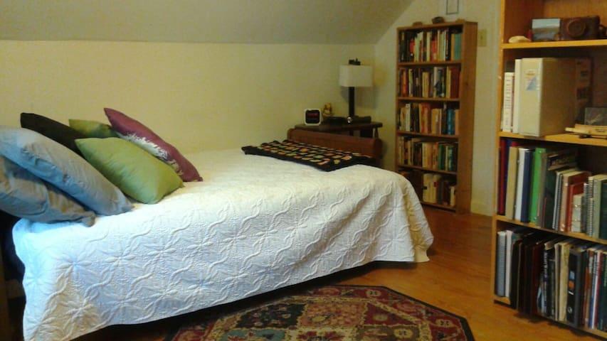 Bedroom & private bath in scenic Littleton MA