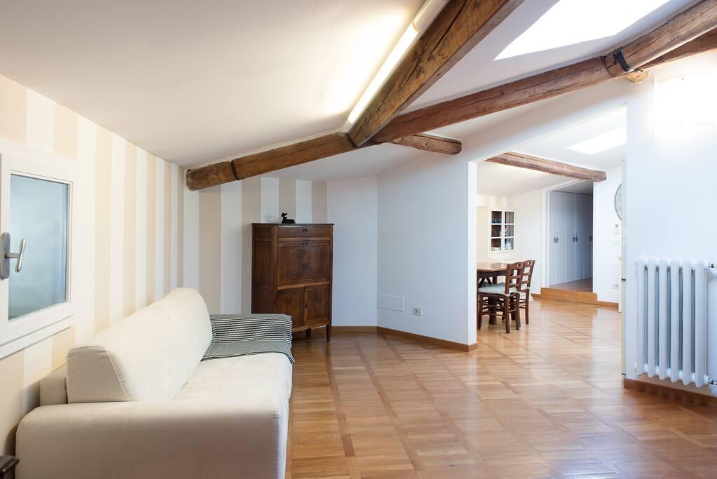 soggiorno spazioso con comodo divano letto matrimoniale