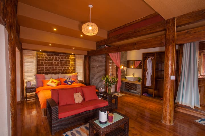 丽江束河古镇(一茶一山)纳西观景房 纳西族风格的房间 客栈门口免费停车 超大厨房